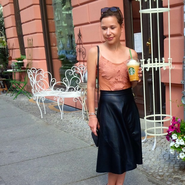 flirt-with-fall-pre-seasonal-transition-with-faux-leather-skirt-and-first-pumpkin-spice-coffee-33