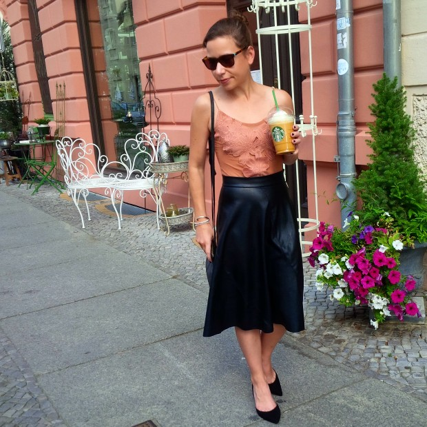 flirt-with-fall-pre-seasonal-transition-with-faux-leather-skirt-and-first-pumpkin-spice-coffee-35