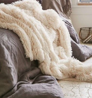 a-cozy-home-for-the-chilly-winter-season-liebe-was-ist-interoir-diy-lifestyle-inspiration-weihnachtlich-winterliche-deko-ideen-urban-outfitters-kuscheldecke