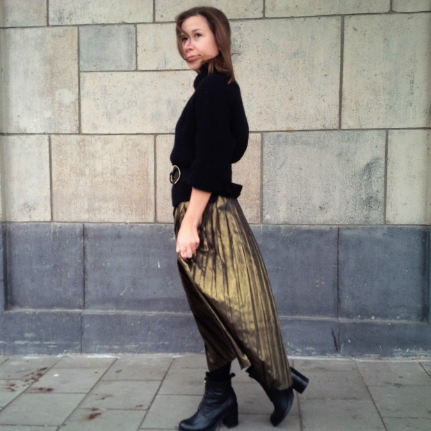all-that-glitters-the-versatility-of-wearing-a-metallic-pleated-skirt-liebe-was-ist-fashion-advice-trend-lookbook-style-1-65