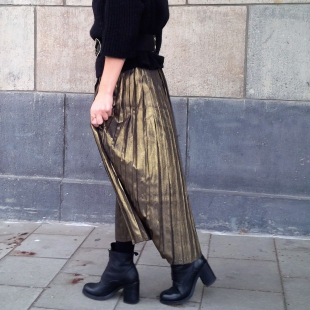 all-that-glitters-the-versatility-of-wearing-a-metallic-pleated-skirt-liebe-was-ist-fashion-advice-trend-lookbook-style-1-66
