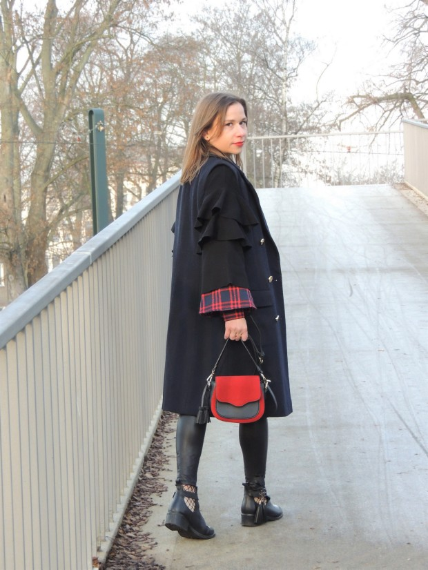 evolving-christmas-traditions-comfy-holiday-look-fakeleather-leggins-checked-pattern-liebe-w-50