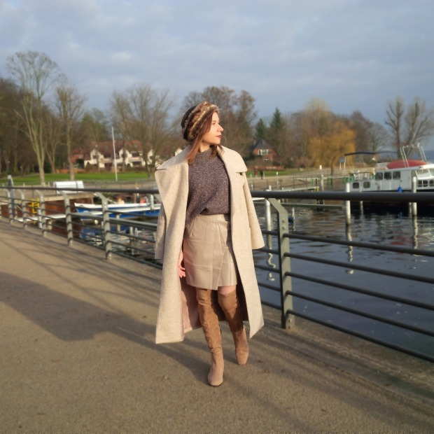 shades-of-winter-sophisticated-layering-with-faux-leather-skirt-fake-fur-and-tights-liebe-was-ist-fashion-advice-winter-lookbook-style-trend-blogazine-fashionmagazine-5