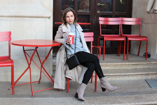 the-power-of-women-supporting-women-spontaneously-streetstyle-shooting-with-beige-woolen-coat-liebe-was-ist-lifestyle-advice-lookbook-trend-ootd-21