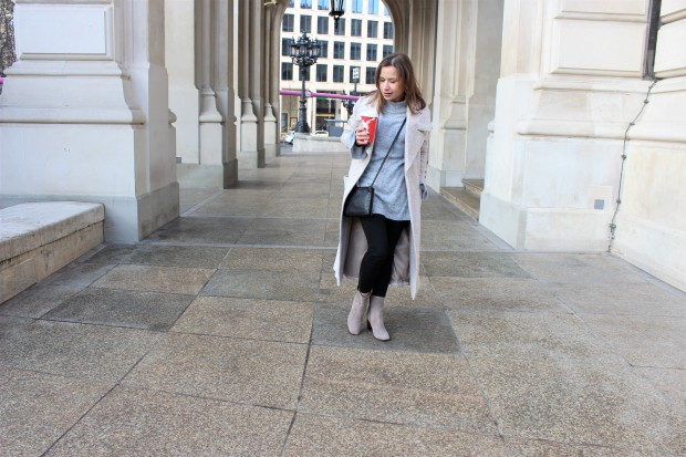 the-power-of-women-supporting-women-spontaneously-streetstyle-shooting-with-beige-woolen-coat-liebe-was-ist-lifestyle-advice-lookbook-trend-ootd-4