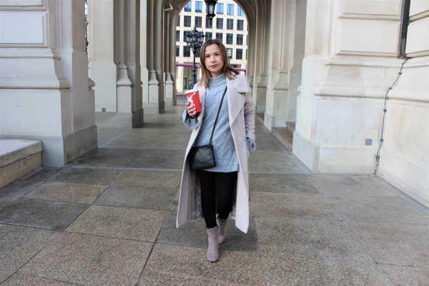 the-power-of-women-supporting-women-spontaneously-streetstyle-shooting-with-beige-woolen-coat-liebe-was-ist-lifestyle-advice-lookbook-trend-ootd-5